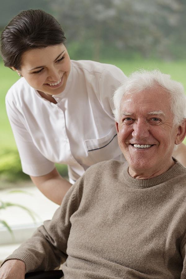 Acompanhamento, cuidados e tratamentos a idosos/utentes.